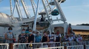 Röckefrauen mit Mundschutz vor dem Riesenrad 12.08.2020