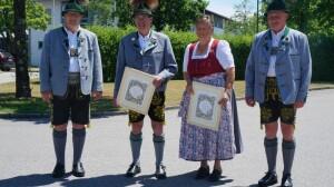 v.l. 1. Vorstand Klaus Kollmannsberger, Hans Fischer (60 Jahre), Gertraud Rappel (40 Jahre), stellvertretender Vorstand Lenz Obermüller