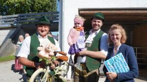 Weisen bei Familie Thaurer19.09.2021 v.l. Stellv. Vorstand Lenz Obermüller, Anna. Peter und Lisa Thaurer